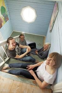 Olli Haataja (vas.), Martin Röll, Minta Metteri ja Anniina Laurila (edessä) vakuuttavat, ettei yhteisöelämässä ole kahta samanlaista päivää.