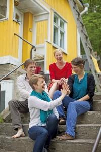 Yhteisöasuminen voimaannuttaa ja avaa uusia näkökulmia elämään, tuumivat Tuula Närkki (edessä), Jani Valtari ja Johanna Kerovuori (takana) sekä Tanja Korvenmaa (oik.).