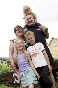Lapset Viivi, Juuso ja Josefiina sekä isovanhemmat Terttu ja Seppo Vikiö asuvat samassa talossa.