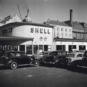 Shellin huoltoasema Helsingin keskustassa 1930-luvun lopulla