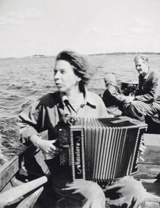 Tove Jansson vesiretkellä veljensä Per Olovin kanssa.