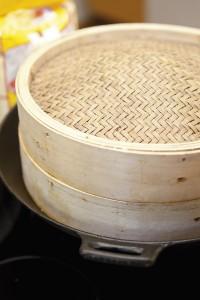 Bambusta valmistetussa kiinalaisessa höyrytysastiassa valmistuu tällä kertaa leipää.