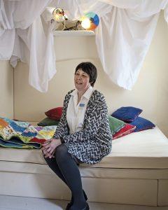 Johtaja Corinna Ebadi oli mukana suunnittelemassa saattohoitokotia.