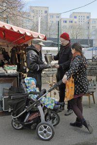 Ville, Anniina ja Werner katselevat samovaaria Tallinnan keskustorilla, jossa perhe tekee usein myös ruokaostoksia.