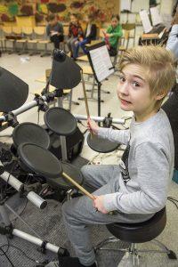Valtaosalla koulun bändikerholaisista ei ole erityistä musiikkitaustaa. Rasmus Reiju tuli kerhoon, koska halusi oppia soittamaan.