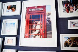 Telfordien uudehkon kodin valokuvaseinä kertoo, että kodin asukkaille perhe on paras.