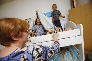 Pirkko käy Kopsan perheen apuna noin kerran viikossa. Peiton alla Veikko (6), takana Paavo (3) ja makaamassa Hannes (2).