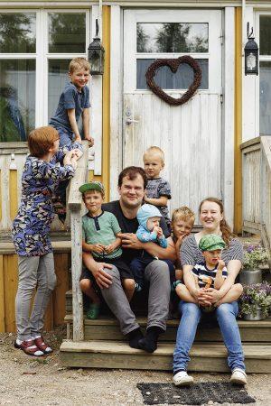 Tuomas ja Sanna Kopsa halusivat muuttaa maalle, jonne mahtuu elämän ääniä, ja kotiportailta avautuu piha monenlaisille leikeille. Perhetyöntekijä Pirkko Punamäestä on tullut heille kuin perheenjäsen, jonka tuloa ei tarvitse stressata.