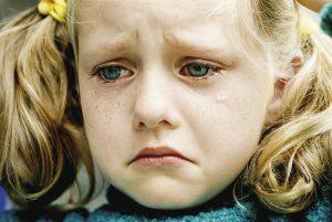 lapsi itkee kyyneleet