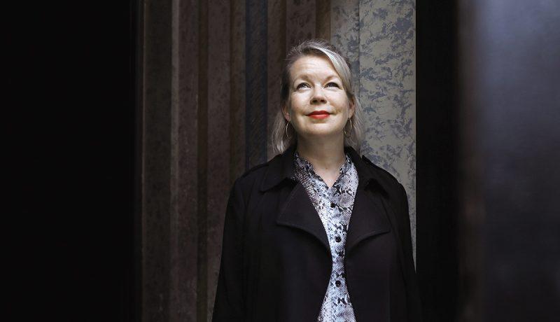 Kirjailija Elina Hirvonen: Parempaa maailmaa rakentamassa
