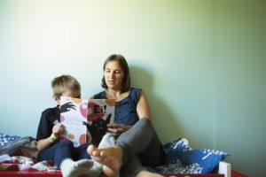 Ekaluokkalainen Martti osaa jo itsekin lukea, mutta tykkää kuulla vanhempiensa lukevan, nyt vuorossa äiti Kaisa Laaksonen.