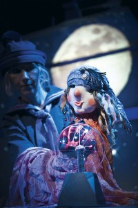 Nukketeatteri Sampon Laiva on lastattu. Kuvassa nukeillanäyttelijä-muusikko Susan Aho. Kuva Uupi Tirronen