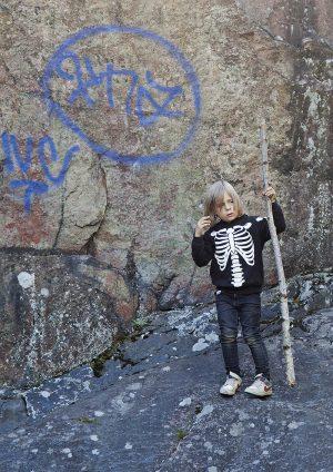 Kosmo Strömman harjoittelee jo puistoon menoa ilman vanhempia, mutta vanhemmilla on näköyhteys kodin ikkunasta. Oma reviiri. Kuva Sami Parkkinen