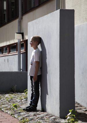 Miko Hurmeen takapihalla on betonielementtejä, joiden päälle voi kiivetä tai loikkia. Lapsen reviirit. Kuva Sami Parkkinen.
