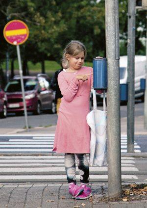 Tienylitykset huolettavat vanhempia eniten, mutta Stella Strömman osaa olla liikenteessä tarkkaavainen. Lapsen reviirit. Kuva Sami Parkkinen