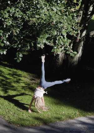 Sirkusta harrastava Sella Bruun heittelee kärrynpyöriä myös ulkoillessaan. Lapsen reviirit.