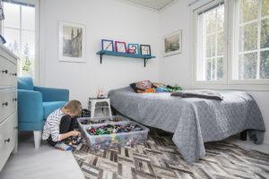 Legot ovat parasta omassa huoneessa, pohtii Eeli Salin. Oma huone vai ei? Asiantuntijat ja lapset vastaavat.