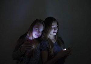 Kahdeksasluokkalaiset Anna ja Sade käyttävät päivittäin useita sosiaalisen median kuvapalveluilta.