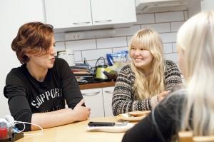 Reetta Saine ja esikoinen Pinja ovat molemmat sitä mieltä, että on helpompaa, kun aikuiset vaihtavat kotia ja lasten osoite pysyy samana.