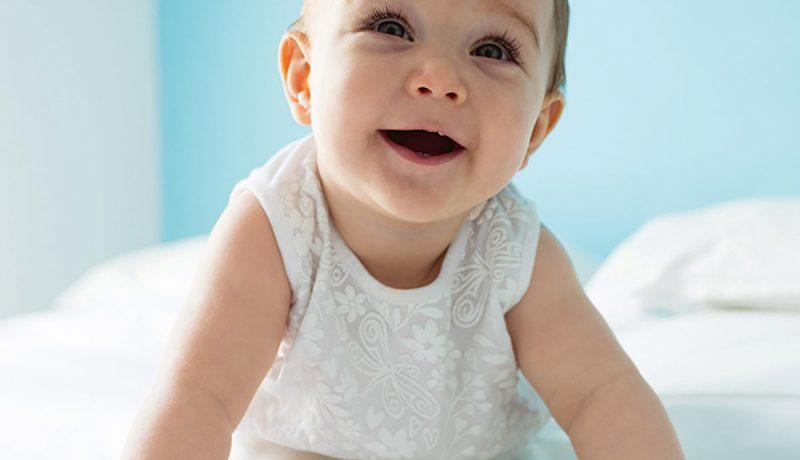 Kun vauvaa matkitaan, hän lähtee leikkiin mukaan innolla