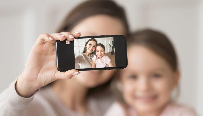 Kännykkää räpläävät äidit aiheuttavat pahennusta