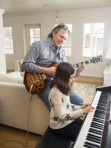 Mitko ja Helmi Popov pitävät pienen musisointihetken kesken arkea.