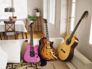 Mitkon kitaravalikoimasta nuoret musiikkioppilaat bongaavat oitis vaaleanpunaisen, Norjasta hankitun kaunottaren.