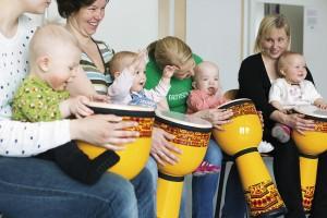 Musiikin harrastaminen alkaa nykyään vauvamuskarista. Kuva Helsingin kaupunginmuseo / Ira Launiala