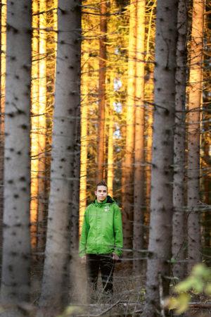 Atte Ahokas metsässä.