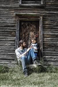 Kellan kutsuu isäänsä suomalaisittain isiksi. Isänsä kanssa Kellan puhuu englantia ja äitinsä kanssa suomea.