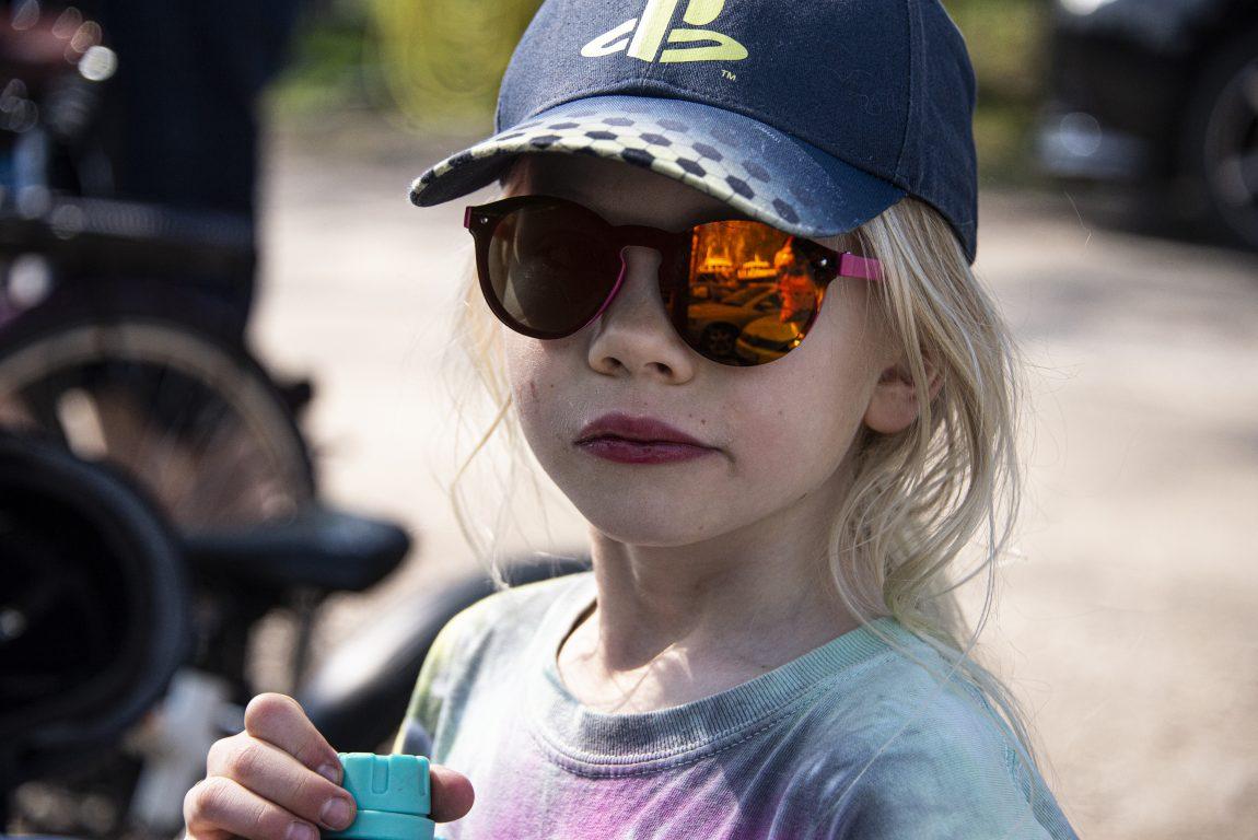 Lapsi aurinkolaseissa