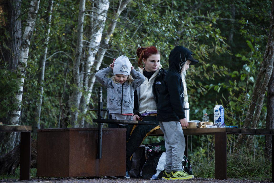 kaksi lasta ja äiti, retkeily, tulipaikka, luonto