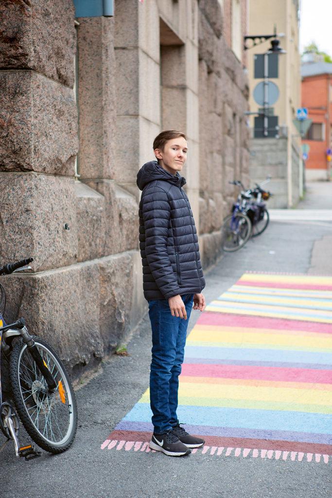 Eetu Hukkanen, 13, Tampereen monitoimitalon edessä.