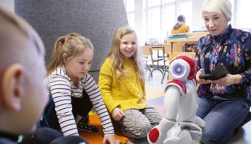 Opetusrobotti Elias auttaa lapsia vieraiden kielten oppimisessa – inhimillinen työkalu ihastuttaa oppilaita