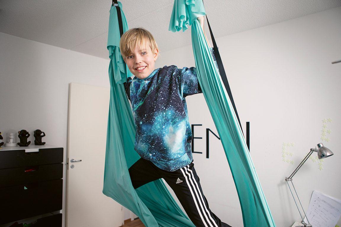 Eemu kiipeilee sinivihreällä joogaliinalla.
