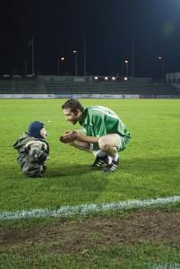 Maailman pohjoisin koskaan pelattu irlantilainen jalkapallo-ottelu päättyi isän ja pojan kohtaamiseen pelikentällä. Kuva Juha Pekka Maaninen