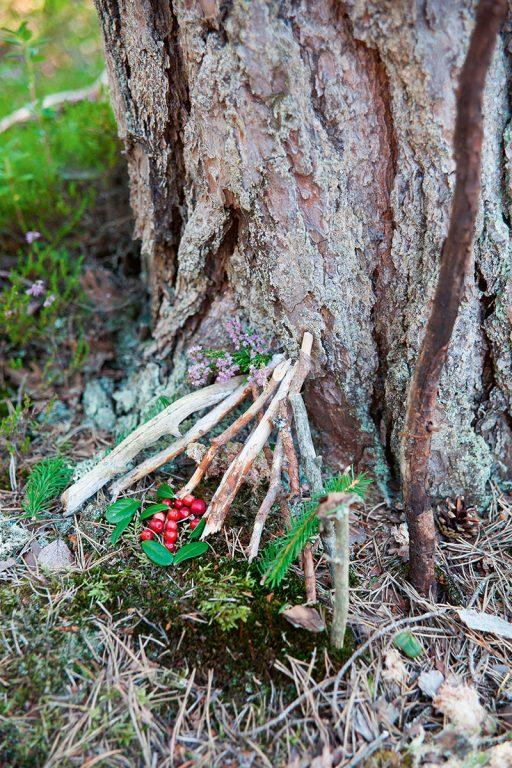 Puun juurelle kepeistä rakennettu pieni maja.