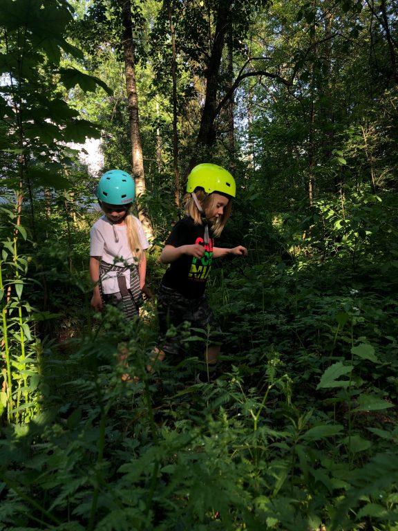 Kaksi lasta metsässä