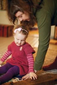 Petra-äiti kannustaa kolmevuotiasta Miinaa kokeilemaan kaikenlaisia soittimia.