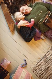 Musiikki pitää lapset ja aikuiset tyytyväisinä. Näin uskovat Petra (oik.) ja Alli Käppi.