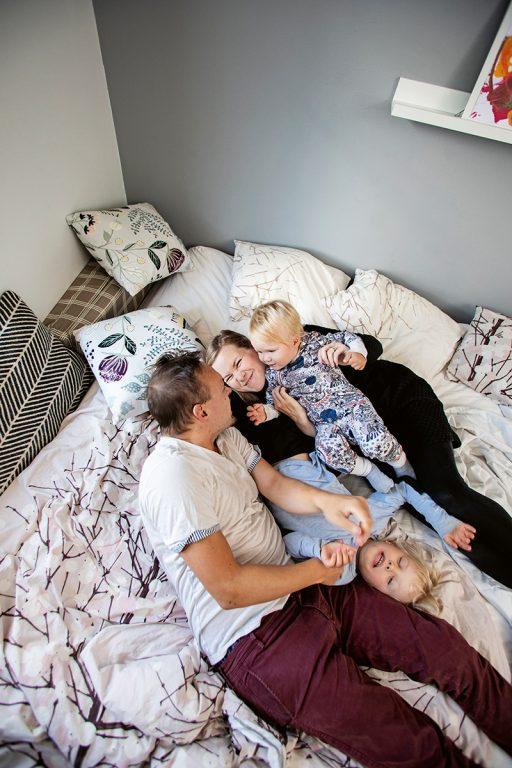 Sanni Mikander, Miikka Neuvonen, ja sekä pojat Lenni, 5, ja Elmo, 1, perhepedissä.