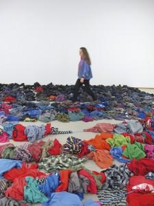 Tekstiili-installaatiota suunnittelemassa: paidat odottavat tyynesti lattialla. Kuva Maria Didrichssen