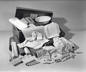 Vuoden 1939 äitiyspakkauksessa oli valkoisia tekstiilejä ja emalivati. Kuva Työväenmuseo Werstas