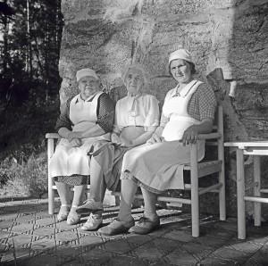 Aino Sibelius ja uskolliset palvelijattaret keittäjätär Helmi Vainikainen ja sisäkkö Aino Kari. Kuva: Santeri Levas, Suomen valokuvataiteen museo.