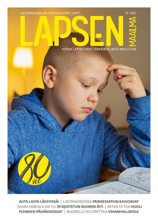 Alakouluikäinen poika nojaa päätä käteen läksyjä tehdessään.