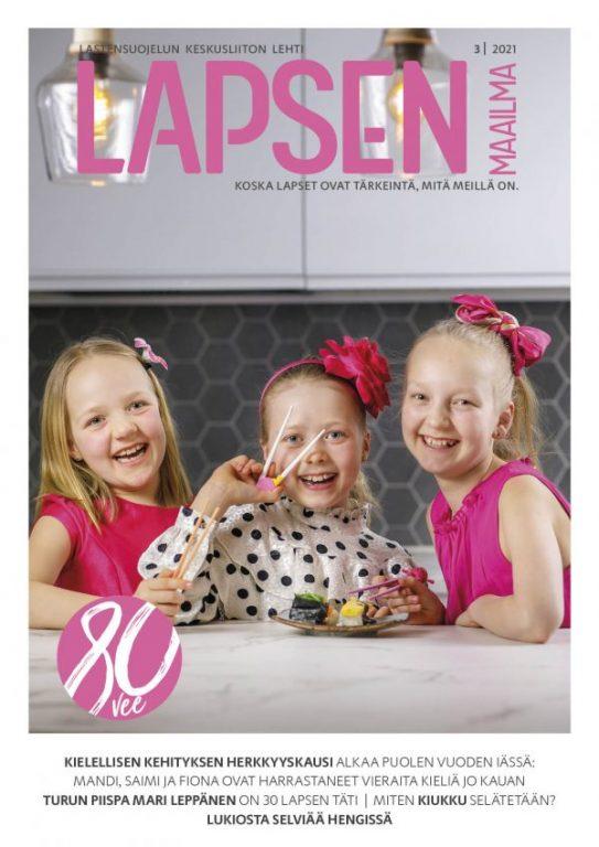 Lapsen Maailma 3 2021 kansikuva. Kolme tyttö kuvassa hymyilee ja edessä on sushilautanen.