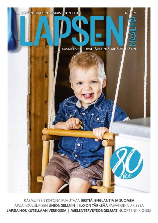 Lapsen Maailma-lejden kansi, jossa pieni vaaleahiuksinen poika keinuu sisällä keinussa hymyillen.