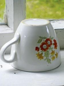 Lempi-mummun omassa kahvikupissa kukkivat kesäkukat. (Kuva Liisa Lauerma)