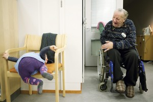 Linnea näyttää Erkki Ojalalle, että hänkin osaa istua tuolissa.
