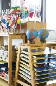 Montessori-leikkikoulussa eri aihepiireihin liittyvät välineet on koottu omiksi ryhmikseen.
